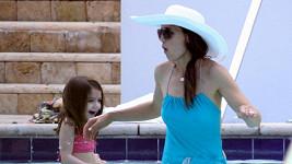 Katie Holmes s dcerkou Suri Cruise ve studené vodě v hotelovém bazénu na Floridě.