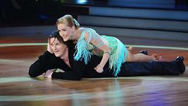 To, že se při tanci po sobě tanečníci doslova válejí, není úplně běžné.