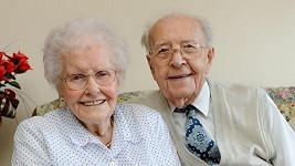 Robert Erskine (100) a jeho manželka Susan (99) oslavili na Nový rok 75. výroční svatby.
