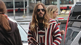 Do Prahy dnes přicestoval držitel Oscara za roli ve filmu Klub poslední naděje a hudebník Jared Leto.