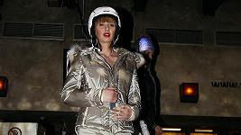 Lenka Šourková sice víc zaujala rozepínajícím se zipem, ale helma, kterou má na hlavě stojí pětačtyřicet tisíc korun.