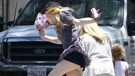 Elle Fanning a její neposlušné šaty.