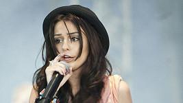 Cher Lloyd během vystoupení na festivalu.