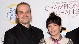 Lily Allen a David Harbour tvoří nerozlučnou dvojici.