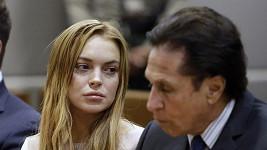 Lindsay Lohan se svým právníkem Markem Hellerem u soudu v Los Angeles.