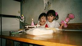 Moderátorka se svým narozeninovým dortem