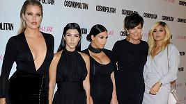 Khloe, Kourtney, Kim, Kris a Kylie na společné fotce. Tři z nich se těší na miminko.