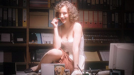 Lucie Vopatová jako sen Jakuba Prachaře v seriálu Pouť: Rozjetý devadesátky