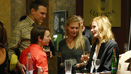 Táňa Vilhelmová si na baru popovídala s Annou Geislerovou.