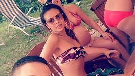 Mňam! Monika Bagárová se svlékla do plavek před svou rodinou.