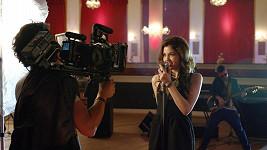 Teprve sedmnáctiletá brunetka je už šest týdnů nejhranější zpěvačkou česko-slovenského rozhlasového éteru.