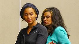 Beyoncé jako šedá myška s její odměřeně vypadající maminkou Tinou.