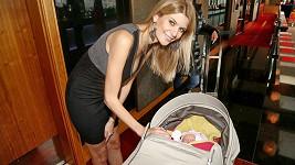 Iveta se svou měsíční dcerou Deniskou.