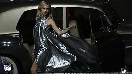 Britská kráska Cara Delevingne se nejspíš opět vrací k modelingu a takhle jí to slušelo při focení v Los Angeles.