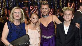 Machálkové fandila ve StarDance i maminka (vlevo), syn Artur a jeho kamarádka.