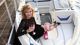 Aňa si užívala šampaňské na lodi.