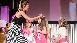 Úřadující Česká Miss 2015 předávala korunku vítězce.