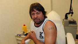 Jiří Pomeje si nechá odstranit tetování s iniciálami exmanželky Ivety Bartošové.