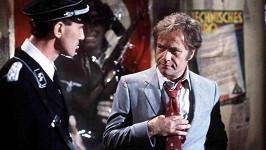 Vic Morrow (vpravo) ve filmu Zóna soumraku, který se mu stal osudným.