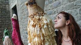 Návrhářka se svými modely z kondomů.