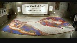 Michelangelovo Stvoření Adama složené z více než 12 tisíc Rubikových kostek.