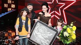 Lucie Bílá s obrazem anděla, bubeníkem Andrejem a jeho otcem.