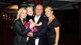 Producent František Janeček s dcerami Alicí a Emičkou a partnerkou Terezou Mátlovou