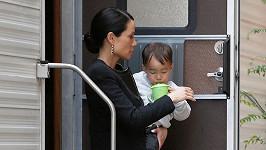 Lucy Liu (48) se synkem Rockwellem Lloydem na natáčení v Soho
