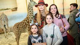 Iva Pazderková si vyrazila se sestrou Věrou a neteřemi do Zoo.