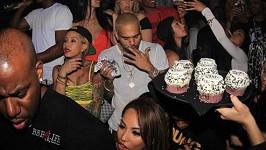 Oslava narozenin byla plná krásných dívek, ale Rihanna nikde.