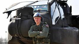 Princ Harry jako pilot u helikoptéry Apache.