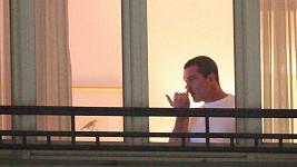 Antonio se u okna šťoural v nose.