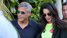 George se svou okouzlující partnerkou Amal, které se na ruce třpytí diamatový prsten.