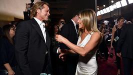 Jennifer Aniston a Brad Pitt na snímku, který mezi jejich fanoušky způsobil pozdvižení
