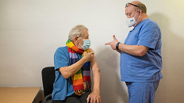 Sir Ian McKellen je mezi prvními Brity očkovanými proti koronaviru.