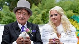 Vypouštění svatebních holoubků je oblíbeným zvykem novomanželů. Ilustrační foto