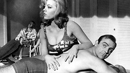 Margaret Nolan a Sean Connery v bondovce Goldfinger