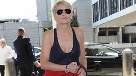Do letadla si Sharon vybrala pohodlné sportovní oblečení.