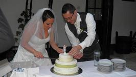 Leona s manželem krájejí svatební dort