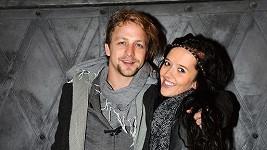Tomáš vypadá s přítelkyní velmi šťastně.