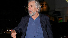 Robert De Niro v znečištěném tričku.