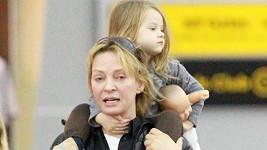 Uma Thurman s dcerou na letišti v New Yorku.