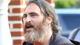 Herec v dlouhých vlasech a vousech zestárl snad o dvacet let.