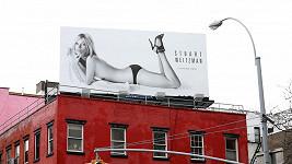 Kate Moss prý způsobuje tímto billboardem dopravní zácpy.