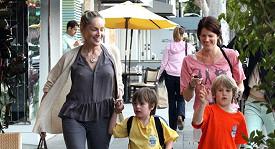 Na nákupy se svými dětmi vyrazila Sharon bez ostychu i bez podprsenky.
