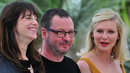 Režisér Lars Von Trier s herečkami Charlotte Gainsbourg (vlevo) a Kirsten Dunst v Cannes.