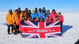 Princ Harry (dole první zleva) došel až na jižní pól se skupinou mužů a žen sloužících v armádách Velké Británie a USA.