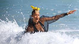 I modelku Doutzen Kroes smetla vlna. (ilustrační foto)