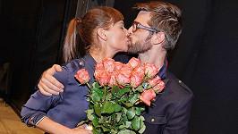 Sandru Novákovou překvapil na premiéře její partner pugetem růží.