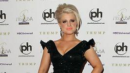 Dáma v černém: Nesmírně elegantní Kelly v neděli na finálovém večeru Miss USA.